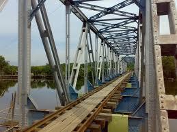 rel kereta api di jembatan